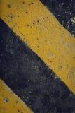 Advertencia negra y amarilla de la señal de tráfico Imagenes de archivo