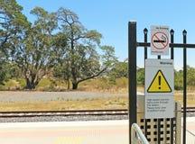 Advertencia - paso de alta velocidad de los trenes expresos a través de esta muestra de la estación Foto de archivo libre de regalías