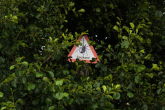 Advertencia: ¡Peligro por las señales! Imágenes de archivo libres de regalías