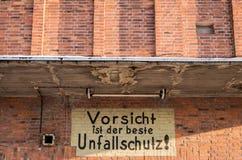 Advertencia pintada en el edificio industrial alemán viejo Imágenes de archivo libres de regalías