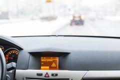 Advertencia resbaladiza del camino en la exhibición del coche Fotografía de archivo