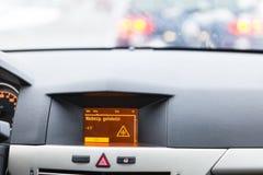 Advertencia resbaladiza del camino en la exhibición del coche Fotos de archivo