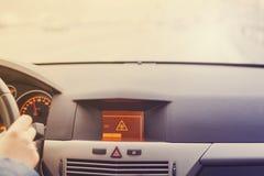 Advertencia resbaladiza del camino en la exhibición del coche Fotografía de archivo libre de regalías