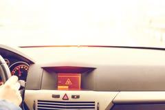 Advertencia resbaladiza del camino en la exhibición del coche Foto de archivo libre de regalías