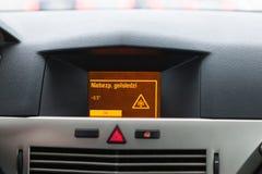 Advertencia resbaladiza del camino en la exhibición del coche, punto de vista del interior del coche Fotografía de archivo