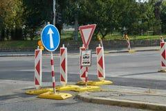 Advertencias de la construcción de carreteras Fotos de archivo libres de regalías