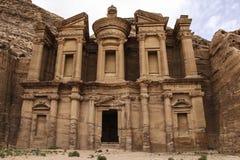 Advertentie Deir in de oude stad van Petra, Jordanië De advertentie Deir is genoemd geworden Klooster stock foto's