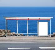 Adverterende raad bij een bushalte stock afbeelding