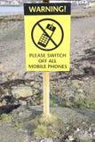 Advertir por favor desliga todo o sinal do preto do amarelo dos telefones celulares imagens de stock