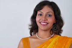 advertisi美丽的印第安微笑的妇女年轻人 库存图片