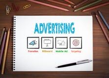 advertising Carnets, stylo et crayons colorés sur une table en bois illustration de vecteur