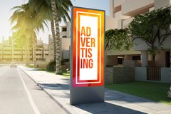 advertisingon vertical de panneau d'affichage la rue images stock
