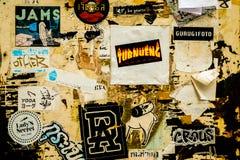 Advertizing, klistermärke eller skrapat affischpapper av staden royaltyfri bild