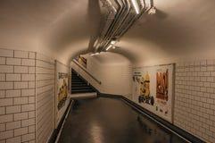 Advertizing och trappa i passagen som anknyter stationer av den Paris gångtunnelen Royaltyfria Foton