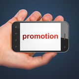 Advertizingbegrepp: Befordran på smartphonen Royaltyfria Bilder
