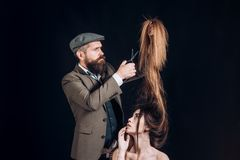 Advertizingen och barberaren shoppar begrepp H?rstylist och barberare Kvinna som får frisyr av frisören på hårsalongen arkivfoton