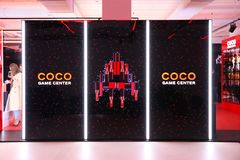 Advertizinginstallation ställer ut Coco Chanel den modiga mitten mode arkivfoto