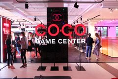 Advertizinginstallation ställer ut Coco Chanel den modiga mitten mode arkivfoton