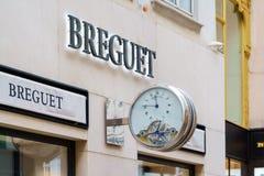 Advertizingtecken i form av klockan Breguet, Wien, Österrike royaltyfri fotografi