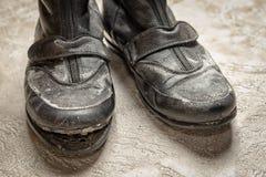 Advierta hacia fuera las botas de cuero negras viejas Imagen de archivo