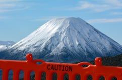 Advierta la cerca alrededor del soporte Ngauruhoe en el parque nacional de Tongariro Foto de archivo libre de regalías