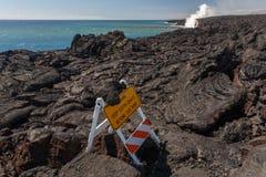 Advierta la muestra en camas de lava con el flujo de lava rojo brillante de volcán en Hawaii en costa Fotos de archivo libres de regalías