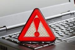 Advierta la muestra en piratería que corta alerta detectada negra del virus de ordenador portátil Imagen de archivo libre de regalías