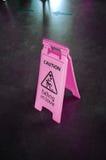 Advierta la muestra rosada para advertir, cayendo en amor, en un piso Foto de archivo