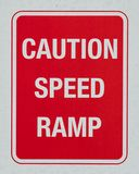 Advierta la señal de peligro de la rampa de la velocidad imágenes de archivo libres de regalías