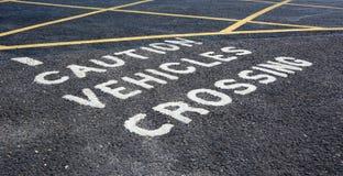 Advierta los vehículos que cruzan - advirtiendo en aparcamiento Fotos de archivo