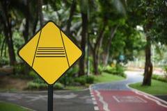 Advirta o sinal de tráfego do cavaleiro do slow down e bike pistas foto de stock royalty free