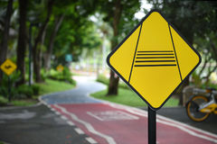 Advirta o sinal de tráfego do cavaleiro do slow down e bike pistas Fotografia de Stock