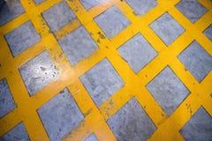 Advirta o sinal, listras perigosas, trajeto amarelo na área da garagem de estacionamento imagens de stock royalty free