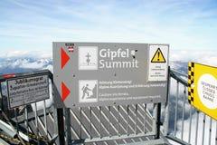 Advirta o sinal na cimeira (Gipfel) do Zugspitze Imagem de Stock Royalty Free