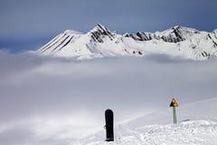 Advirtiendo cante, snowboard en fuera de pista y las montañas en niebla Foto de archivo libre de regalías