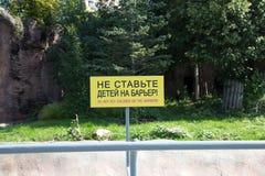 Advirtiendo o prohibiendo etiquetas. Parque zoológico de Moscú, Rusia Fotografía de archivo