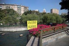 Advirtiendo o prohibiendo etiquetas. Parque zoológico de Moscú, Rusia Fotografía de archivo libre de regalías