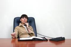 adviseur die op telefoongesprek wordt geconcentreerd royalty-vrije stock foto