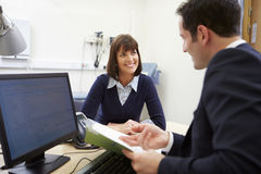 Adviseur Discussing Test Results met Patiënt stock afbeelding