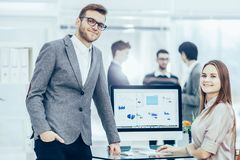 Adviseur in financiële investeringen en Manager van het bedrijf in de werkplaats in een modern bureau royalty-vrije stock afbeeldingen