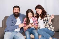 Advisory parental La famille passent le week-end ensemble Smartphone d'utilisation de petite fille d'enfant avec des parents Fami photos stock