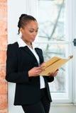 Advocaat of bedrijfsvrouw in bureau met dossier stock afbeelding