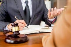 Advocaat in bureau Het adviseren van en het geven van advies over de wettelijke wetgeving in rechtszaal om klant, rechtbank en re royalty-vrije stock afbeelding