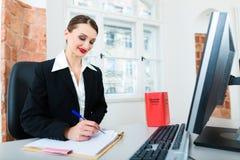 Advocaat in bureauzitting op de computer Stock Foto's