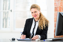 Advocaat in bureauzitting op de computer Stock Foto
