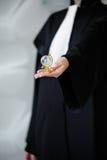 Advocaat in de bol van de pruikenholding ter beschikking stock afbeelding