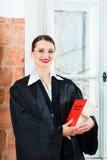 Advocaat in de wetsboek van de bureaulezing Royalty-vrije Stock Foto