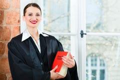Advocaat in de wetsboek van de bureaulezing Stock Foto