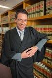 Advocaat die camera in de wetsbibliotheek bekijken Royalty-vrije Stock Afbeelding