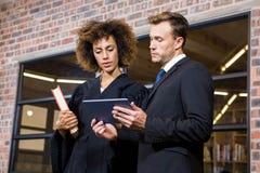 Advocaat die digitale tablet bekijken en met zakenman interactie aangaan Royalty-vrije Stock Foto